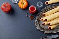 Dita di Witchs dei biscotti, cocktail sanguinoso Halloween Fotografia Stock Libera da Diritti