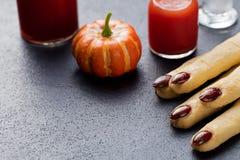 Dita di Witchs dei biscotti, cocktail sanguinoso Halloween Immagini Stock