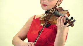 Diteggiatura della ragazza le corde che giocano violino Fine in su Priorità bassa bianca video d archivio