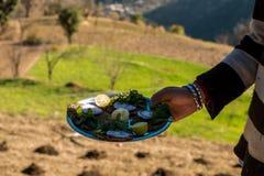 Dites l'arrosage et la nourriture du bout des l?vres authentique de Himachali au-dessus du fond blured de montagne photo libre de droits