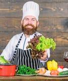 Dites le num?ro ? la nourriture malsaine Homme barbu heureux recette de chef Aliment biologique suivant un r?gime Cuisson saine d photos libres de droits