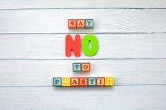 Dites NON au plastique - sur les cubes en bois sur le fond en bois Ambiant, concept de pollution photographie stock libre de droits