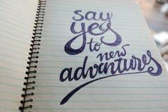 Dites oui au fond calligraphique de nouvelles aventures image stock