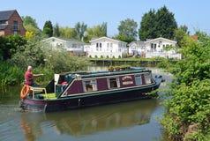 Ditional verengen Boot auf dem Fluss Ouse mit Flussuferhäuschen bei Buckden Marina Cambridgeshire lizenzfreie stockfotografie