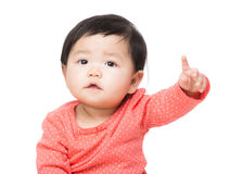 Dito asiatico della neonata che indica parte anteriore Fotografia Stock Libera da Diritti