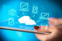Dito che indica sul pc della compressa, concetto mobile della nuvola Fotografie Stock Libere da Diritti