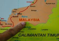 Dito che indica sulla mappa della Malesia immagini stock libere da diritti