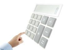 Dito che preme i bottoni del calcolatore (calcolatore allora sbiadito e sfuocatura) fotografie stock