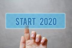 Dito che preme il bottone blu di inizio 2020 fotografie stock