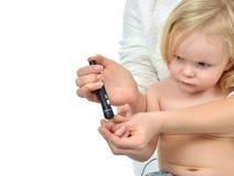 Dito del bambino del bambino del diabete per il livello di misurazione b dello zucchero del glucosio immagini stock libere da diritti
