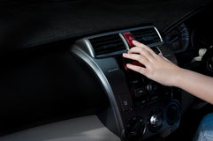 Dito della donna che preme il bottone virtuale di emergenza dell'automobile in automobile fotografia stock libera da diritti