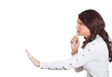 Dito della donna sulle labbra che indicano a qualcuno segreto di quiete Fotografia Stock