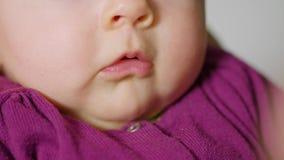 Dito della neonata che succhia bocca Fotografia Stock