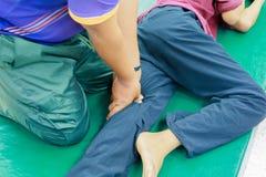 Dito di preparazione di massaggio di istruzione dello studente la stampa sulla medicina tailandese di massaggio tradizionale dell fotografie stock libere da diritti