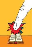 Dito enorme che indica alla bibbia Immagini Stock