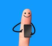 Dito felice facendo uso del telefono cellulare. Fotografia Stock Libera da Diritti