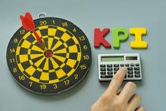 Dito sul calcolatore ed alfabeto variopinto KPI con il bersaglio As Immagini Stock Libere da Diritti