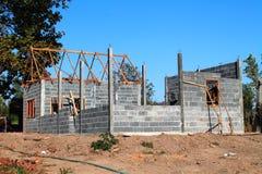 Ditt dröm- hem. Nytt hus för bostads- konstruktion som inramar mot en blå himmel. Royaltyfria Foton