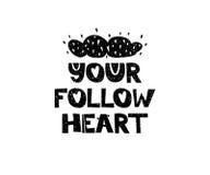 Ditt följ hjärta Hand dragen stiltypografiaffisch med inspirerande citationstecken Hälsningkort, tryckkonst eller hem Royaltyfri Foto
