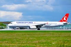DITT flygplan för den Turkish Airlines flygbussen A321 rider på landningsbanan, når det har landat i Pulkovo den internationella  Royaltyfri Bild