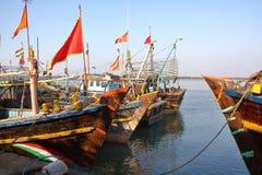 DIU, INDIA - JANUARI 9, 2014: Kleurrijke vissersboten bij de Vissershaven van Vanakbara in Diu-Eiland royalty-vrije stock afbeelding