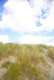 Diuny z piaskiem i niebieskim niebem Zdjęcie Royalty Free