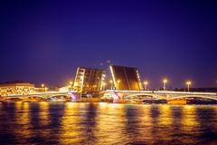 Divórcio das pontes em St Petersburg Cidade da noite de Rússia O rio de Neva imagem de stock