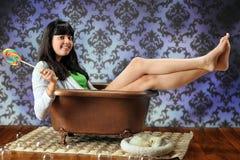 Diva de l'adolescence de baignoire image stock