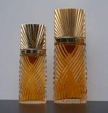 Diva, fragrância para senhoras, grande garrafa de perfume ao lado de uma garrafa de perfume comercial imagens de stock
