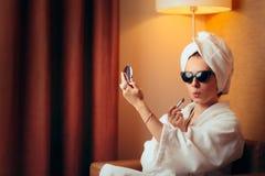 Diva Getting Ready drôle pour la partie essayant sur le rouge à lèvres photo stock