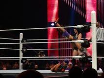 Diva Paige lässt AJ Schutze auf Bella Sister im Ring fallen Lizenzfreie Stockfotos