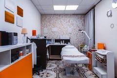 Divan, équipement et cosmétiques cosmétiques dans l'intérieur de salon de beauté Images stock