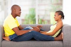 Divan africain de couples Images libres de droits