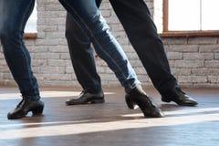 Divan doué de danse enseignant l'homme vieillissant à la salle de bal Image libre de droits
