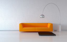 Divan orange confortable par le mur Photo libre de droits