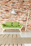 Divan vert dans l'intérieur industriel Photos stock