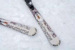 DIVCIBARE, SERVIË - MAART 6, 2017: Het merk van twee skisalomon stock afbeelding