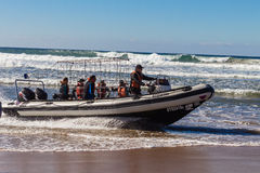 Dive Boat Shark Cage Waves-Strand Lizenzfreies Stockbild
