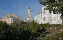Diveevo Sarov圣六翼天使修道院  从凹线的看法 免版税库存图片