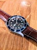 Diver& x27;在桌上的s手表 库存照片