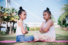 Diverbio arrabbiato scontroso e litigioso stridulo nell'infanzia immagini stock
