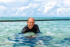 Diverin акваланга костюм для нырять подготавливает нырнуть стоковые изображения rf