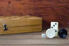 Divers échiquier de jeux de société, jouant des cartes, dominos images stock
