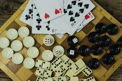 Divers échiquier de jeux de société, jouant des cartes, dominos Photo libre de droits