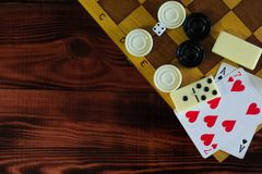 Divers échiquier de jeux de société, jouant des cartes, dominos Photos stock