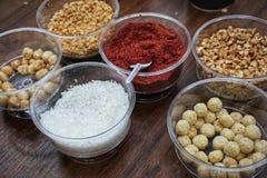 Divers épices, écrous et additifs sur la table photos libres de droits