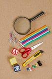Divers accessoires d'école sur Ñorkboard Image stock