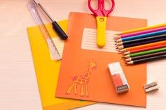Divers accessoires d'école sur le bureau De nouveau à l'école école Images stock