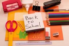 Divers accessoires d'école sur le bureau De nouveau à l'école école Photos stock