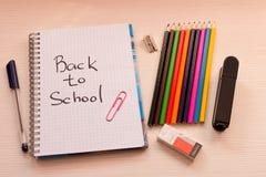 Divers accessoires d'école sur le bureau De nouveau à l'école école Photo stock